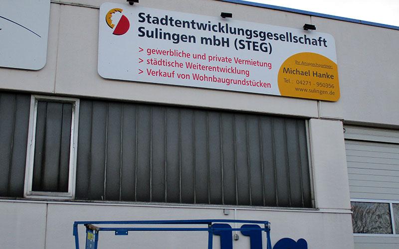 Großformatige Schilder mit Montage