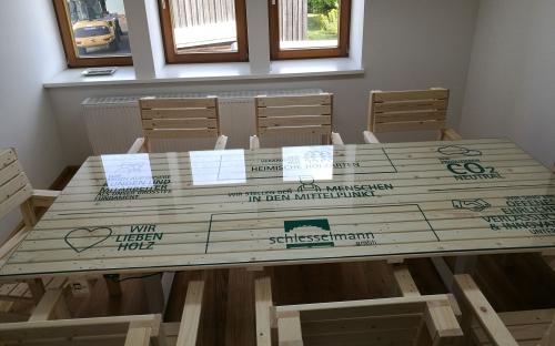 Tischplatte mit Beschriftung